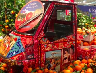 Oranfrizer porta l'Ape carica di arance nei punti vendita